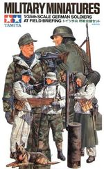 WW II German Soldiers at Field Briefing  1/35
